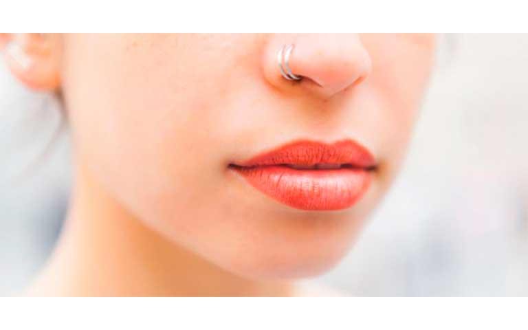 Labio inferior distinto al superior o labios asimétricos